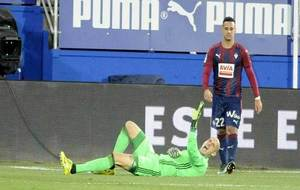 Nauzet, en el suelo, con gestos de dolor tras lesionarse en el partido...