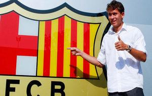 Keirrison posa frente al escudo del Barcelona en 2009.