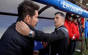Mendilibar saluda al Cholo en el reciente duelo liguero entre Eibar y...