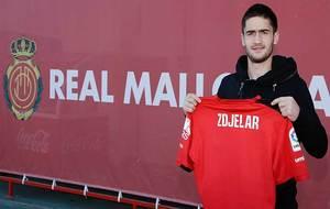El serbio Zdjelar posa con la camiseta ya serigrafiada de su nuevo...