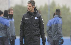 El técnico del Alavés en una sesión de entrenamiento.