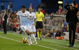 Chory Castro conduce el balón en el encuentro ante el Atlético