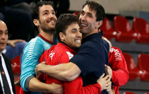 Mateo Garralda celebra el triunfo de Chile con sus jugadores.