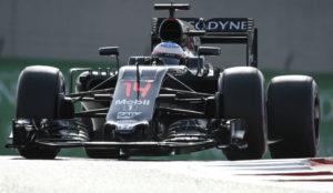 Fernando Alonso, sobre su McLaren en una imagen de la pasada temporada