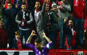 Ramos se señala el nombre y el dorsal en el Pizjuán