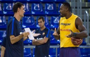 Bartzokas dialoga con Dorsey durante un entrenamiento del Barcelona.