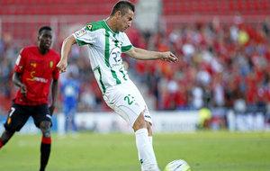 Markovic dispara el balón durante su anterior etapa en el Córdoba.