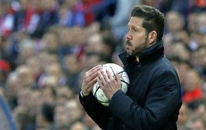 Simeone con el balón de la Liga de Campeones en sus manos