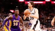 Pau Gasol (San Antonio Spurs) tratando de superar a Julius Randle...