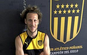 Forlán, en su última etapa en Peñarol, posando para MARCA