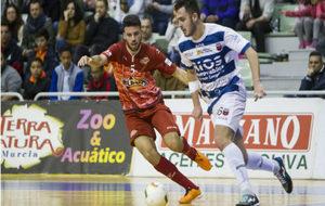 Jorge Santos conduce el balón ante la presencia de Elías.