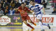Jorge Santos conduce el bal�n ante la presencia de El�as.
