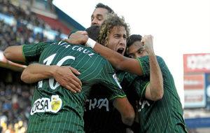 Jugadores del Betis celebrando el gol de Roque Santa Cruz en el...