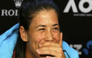 Garbiñe sonríe en la rueda de prensa