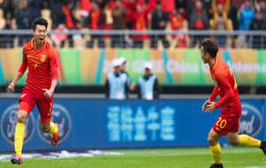 Wang Jingbin celebra el gol del empate en el último minuto ante...