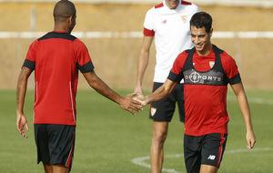 Mariano y Ben Yedder se chocan la mano en un entrenamiento.