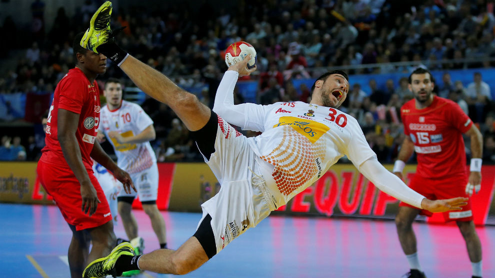 Gedeón Guardiola lanza desde la posición de pivote
