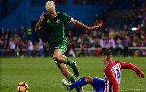 Dani Ceballos trata de sortear la entrada de Fernando Torres.