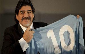Maradona, con una camiseta antigua del 'Napoli'.