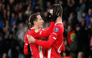 Guardado celebra uno de los goles del PSV.