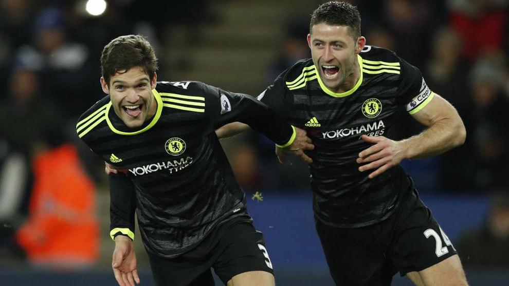 Marcos Alonso celebra uno de los dos goles que marcó ante el...