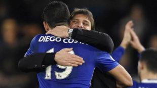 Costa y Conte se abrazan tras un partido.
