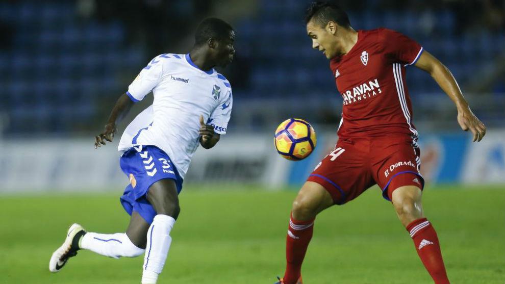 Marcelo Silva intenta cortar un balón.
