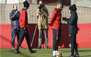 Jorge Sampaoli conversa con Jovetic en un entrenamiento.