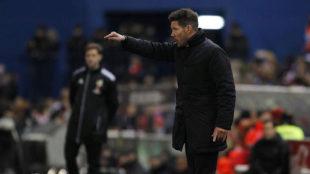 Simeone da instrucciones ante el Betis.