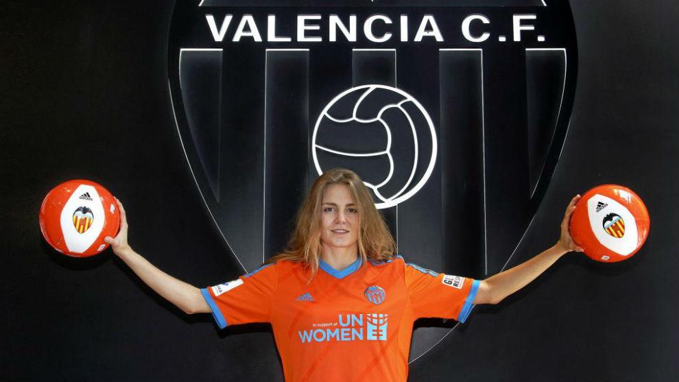 Esther Sullastres posa durante un acto con el Valencia.