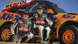 Isidre Esteve y Txema Villalobos, junto a su coche antes de partir al...