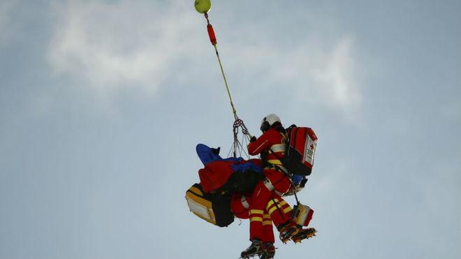 La esquiadora italiana Nadia Fanchini es evacuada en helicóptero tras...