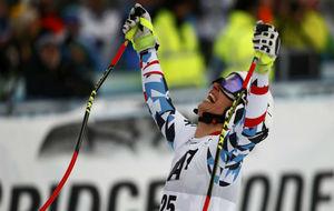 La austriaca Christine Scheyer celebra la victoria en el descenso de...