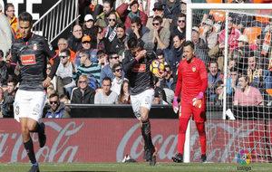 Diego Reyes regresa junto a Gerard Moreno tras el gol del Espanyol