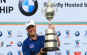 Graeme Storm, con el trofeo del Abierto de Sudáfrica