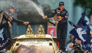 Peterhansel, a la derecha, sobre su coche junto a su copiloto, 'Polo'...