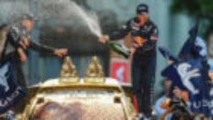 Peterhansel, a la derecha, sobre su coche junto a su copiloto,...