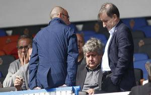 Los consejeros Carlos Iribarren y Fernando Rodrigo hablan con Narciso...