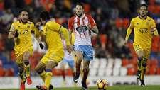 Pedraza, autor del gol que sentenci� el partido, avanza ante varios...