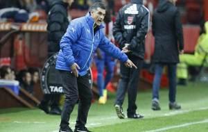 Mendilibar da una orden durante el encuentro frente al Sporting.