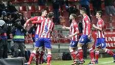 Los jugadores del Girona celebran el tempranero gol de Fran Sandaza en...