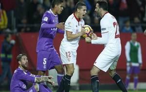 Ben Yedder y Ramo celebran un gol del Sevilla.