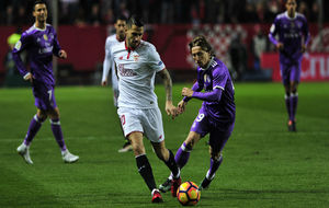 Vitolo (27)  se marcha con la pelota ante Modric (31).