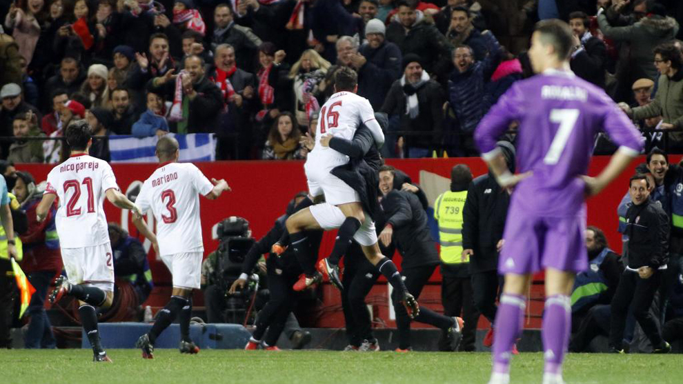 Los jugadores del Sevilla celebran el gol de Jovetic