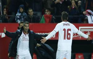 Jovetic (27), con el '16' en la espalda, celebra su gol con...