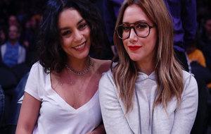 Las actrices Vanessa Hudgens y Ashley Tisdale a pie de pista en el...