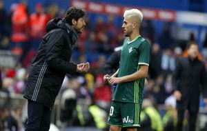Víctor habla con Dani Ceballos en el Atletico-Betis.