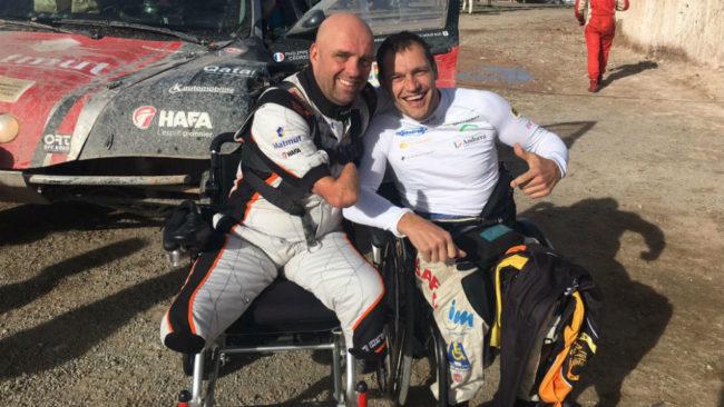 Philippe Croizon, junto a Albert Llovera, en una de las etapas del...