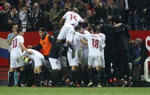 Los jugadores del Sevilla celebran el gol de Jovetic al Madrid.