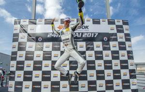 Alex Toril salta emocionado en el podio
